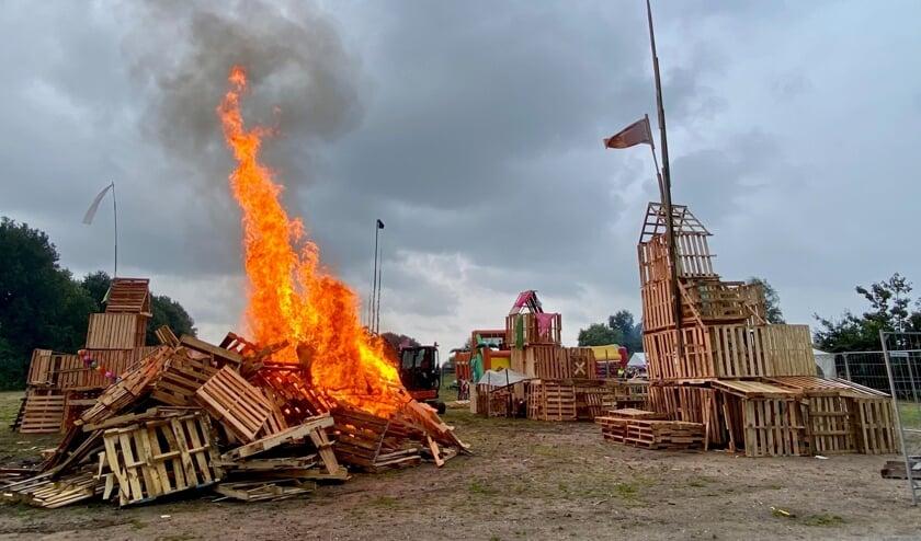 Zoals traditie wordt er afgesloten met een flinke brandstapel.