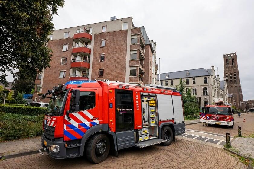 <p>De brandweer in de Begijnenstraat. (Foto: Gabor Heeres, Foto Mallo)</p>