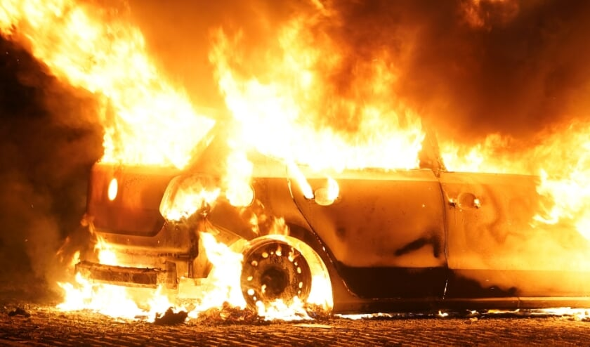 Autobrand in Rosa Parksweg in Oss. (Foto: Gabor Heeres, Foto Mallo)