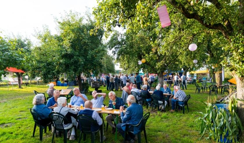 Het barbecuevlees smaakte bijzonder goed en het was een gezellig samenzijn in de sfeervolle boomgaard. (Foto: Van Zwol Fotografie)