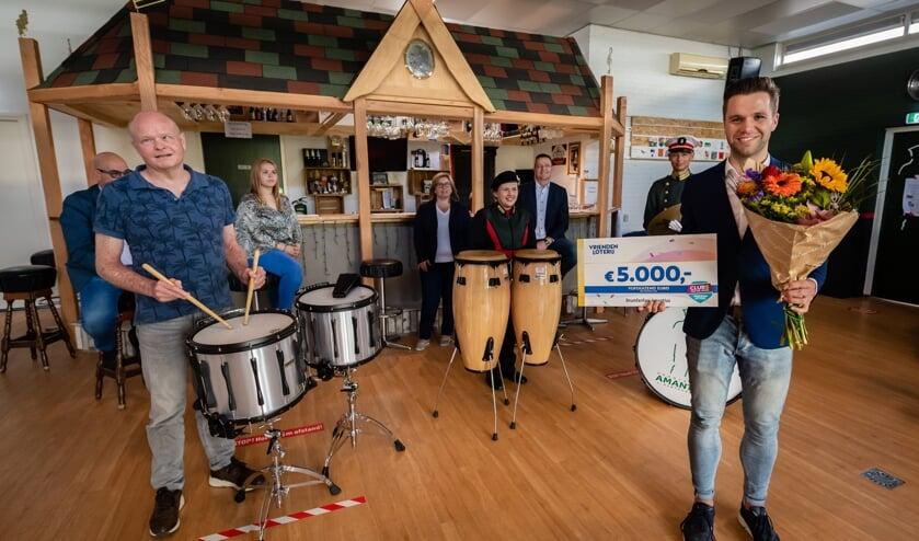 Drumfanfare Amantius uit Den Bosch neemt de cheque van 5.000 euro van VriendenLoterij in ontvangst. (Foto: Wendy van Bree)