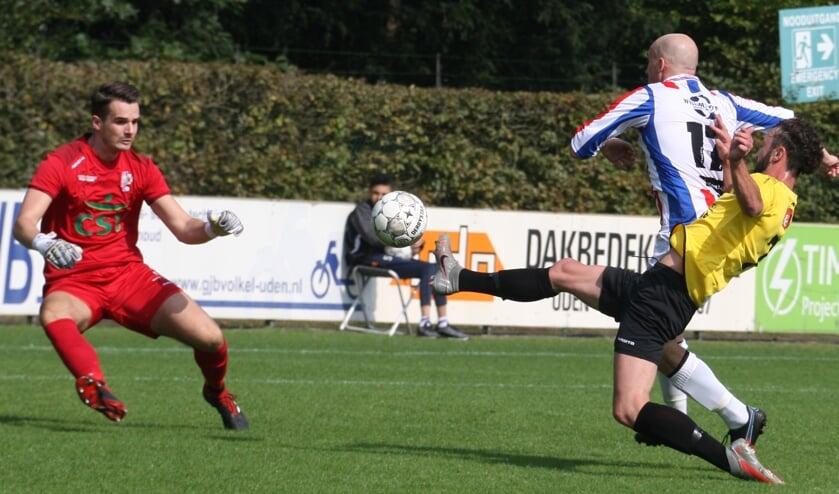 <p>Doelman Ralph Vos (links) hield UDI&#39;19 in Klein-Zundert overeind met enkele reddingen.</p>