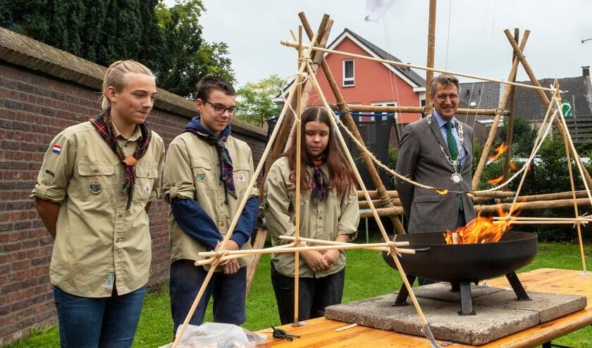 Toen het touw eenmaal was doorgebrand was den tentoonstelling officieel geopend.