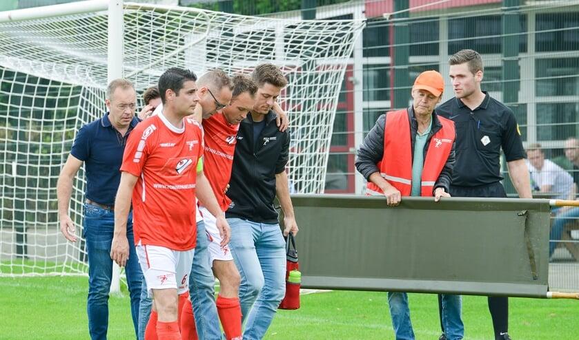 <p>Thijs van Sleeuwen moest in de eerste helft vanwege een ernstige knieblessure<br>het veld verlaten. Een fikse aderlating voor de club uit Venhorst.</p>