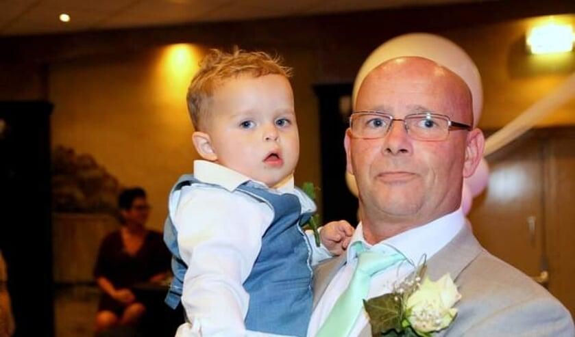 <p>Bij Dorus Trum uit Den Bosch staat familie altijd op de eerste plek. Op de foto poseert hij met zijn kleinzoon.</p>