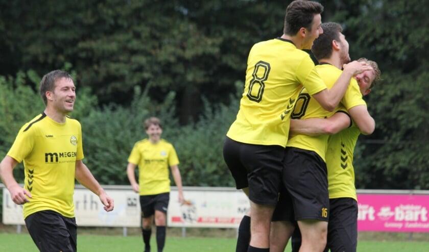 <p>Vreugde bij de spelers van Astrantia na een doelpunt tegen WHV.</p>