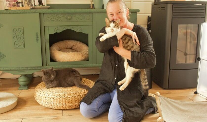 <p>In haar Katshuisch zorgt Arianne de Jong voor drie&euml;ntwintig gehandicapte katten, waaronder Bart en Jolanda.</p>