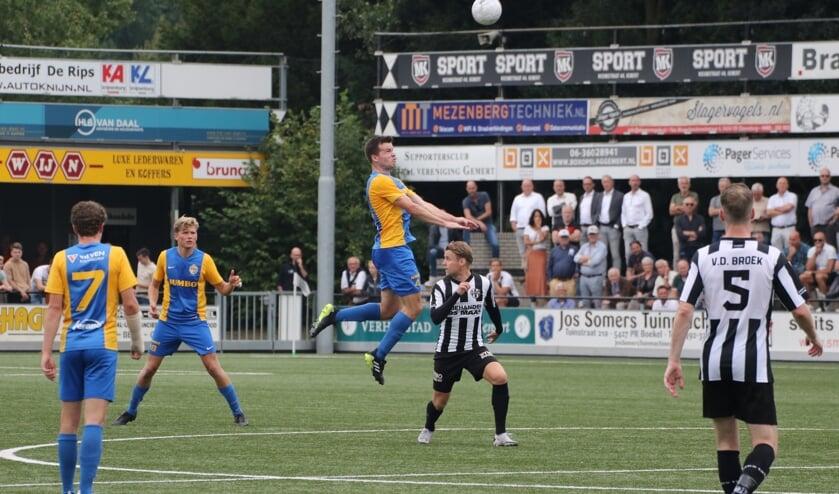 <p>Migiel Zeller kopt, maar zal later de wedstrijd niet afmaken</p>