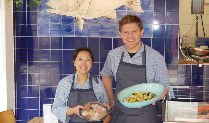 <p>Michelle (links) runt de nieuwe viswinkel aan de Walstraat.</p>