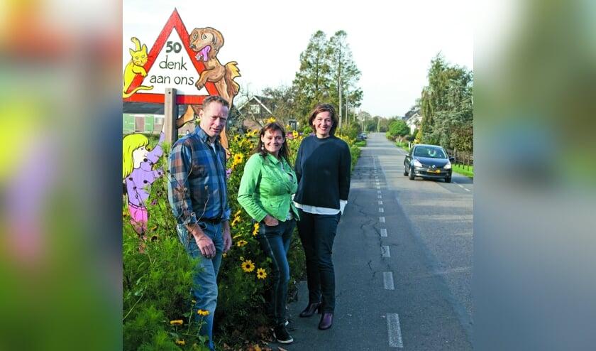 De initiatiefnemers voor een veiliger verkeerssituatie: Hans Mourits, Jorinda van der Werf en Maria Dorresteijn