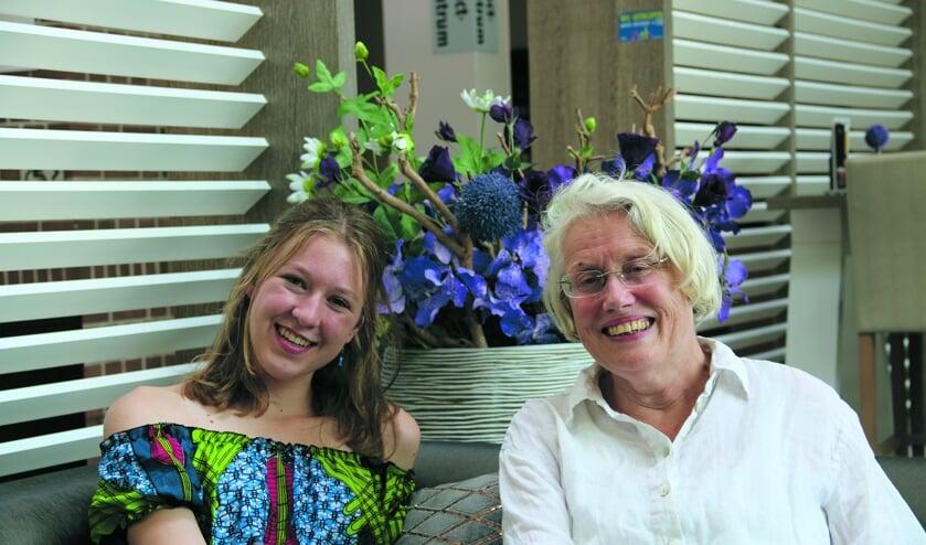 Dorpsdichters Annelie Cluistra (links) en Adriana Kool