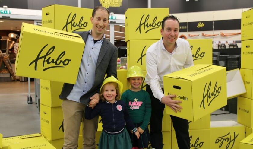 Lieke en Milou, de dochters van Patrick verrichten de officiële opening van de nieuwe formule van Patrick en Maykel Zwanenburg door dwars door een muur Hubo-dozen te springen
