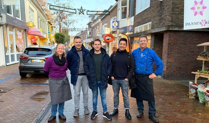De initiatiefnemers van de kerstmarkt in de Kerkstraat, v.l.n.r. Rineke van Rijn, Mischa Kamerling, Roy Heuzen, Kim de Haan en Jetze Kamerling