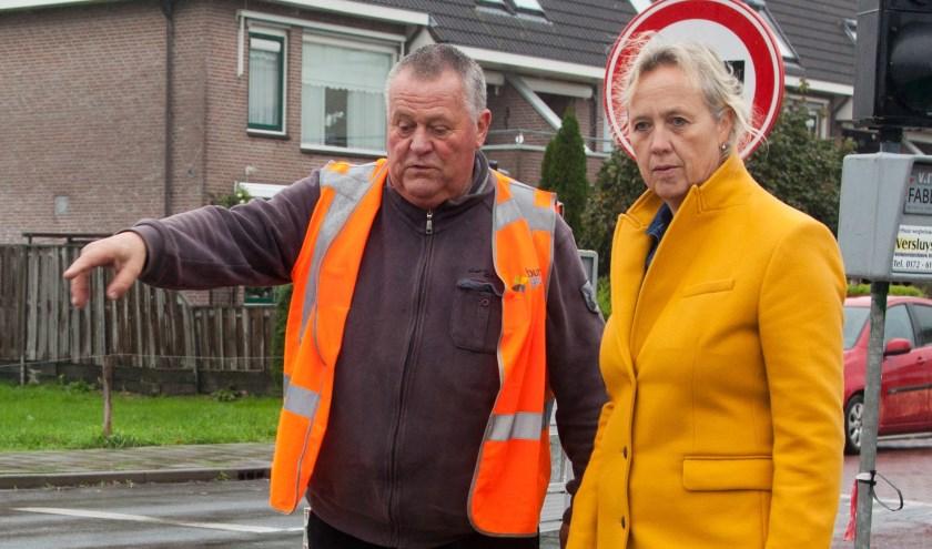 Wethouder Inge Nieuwenhuizen (rechts) laat zich informeren over de werkzaamheden bij de aansluiting Zoutmansweg-Randweg.