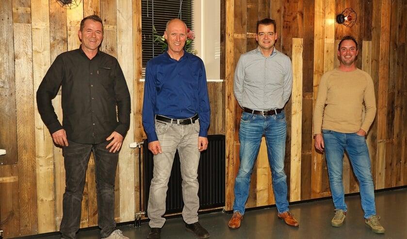 V.l.n.r. David Dros, de ontwerper van het lichtplan, Ewout de Kruijf die voor de elektrische installatie heeft gezorgd, Ruud Kromwijk, bestuurder van Stichting Custwijc, en Anthony Voorend die de betimmeringen en het plafond heeft uitgevoerd.