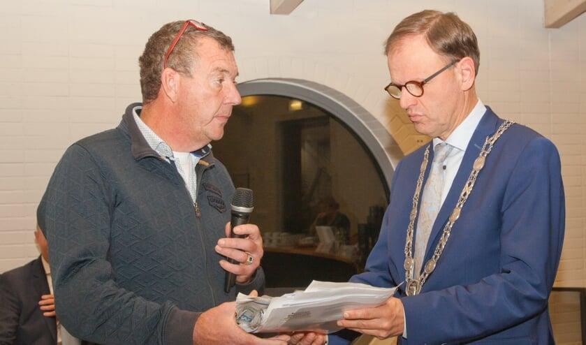 Marco de Haas overhandigt ruim 1100 steunbetuigingen aan burgemeester Van der Kamp