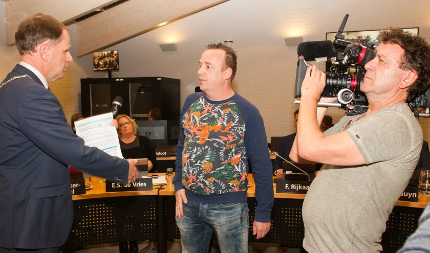 Burgemeester Van der Kamp ontvangt de petitie van Levi Hogendoorn