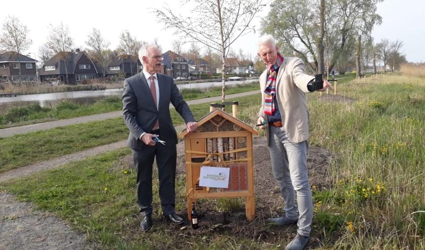 Wethouders Oskam en Smits plaatsen het eerste bijenhotel namens de gemeente bij het Lucassenlaantje in Reeuwijk