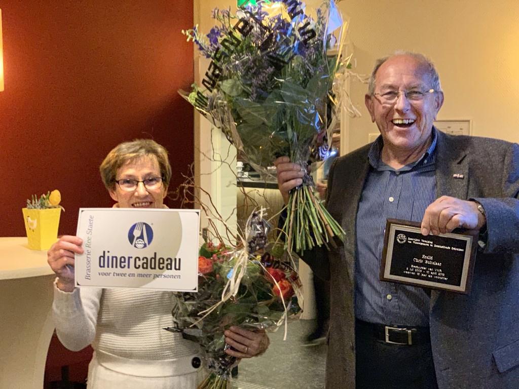 De oorkonde voor het erelidmaatschap, bloemen en een dinercheque worden uitgereikt aan Chris Buitelaar en zijn echtgenote.  © Graficelly B.V.