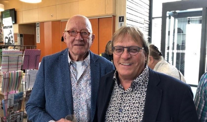De nieuwe voorzitter van de KunstKring Kees Veelenturf (rechts) en scheidend voorzitter Jelle Drenth.