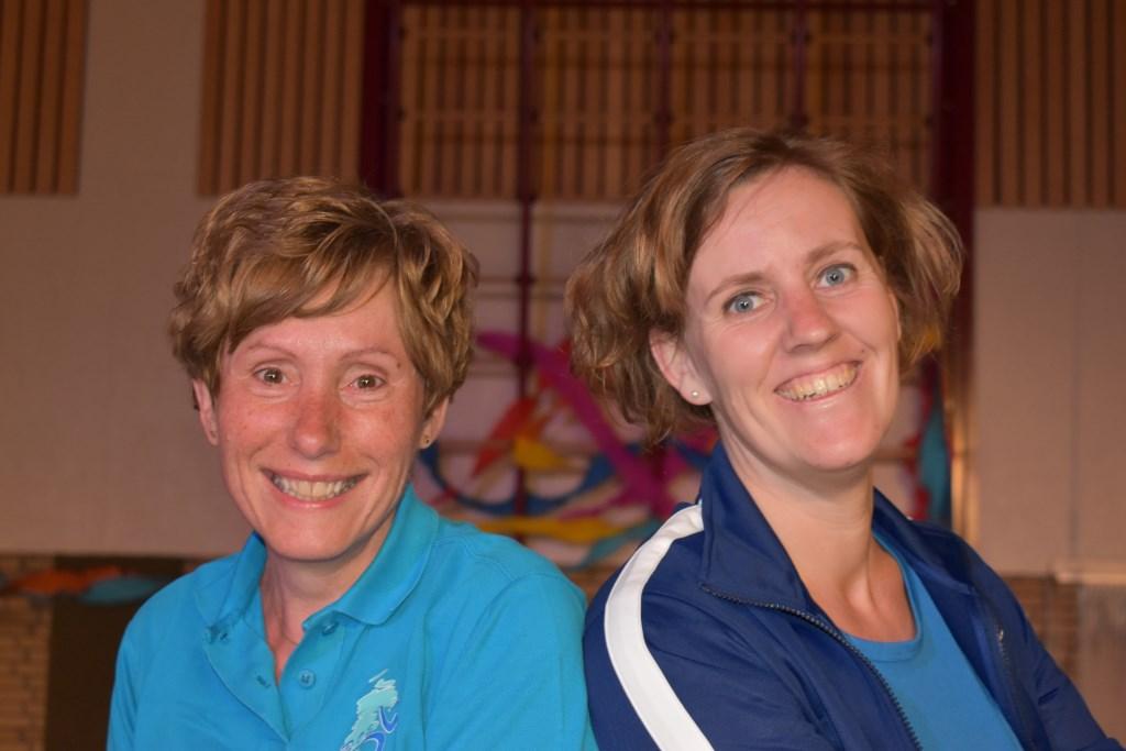"""Caroline Zwaneveld (links) en Lenneke Kalisvaart: """"Het is een echte DOS-traditie om lang lid te blijven.""""  © Graficelly B.V."""