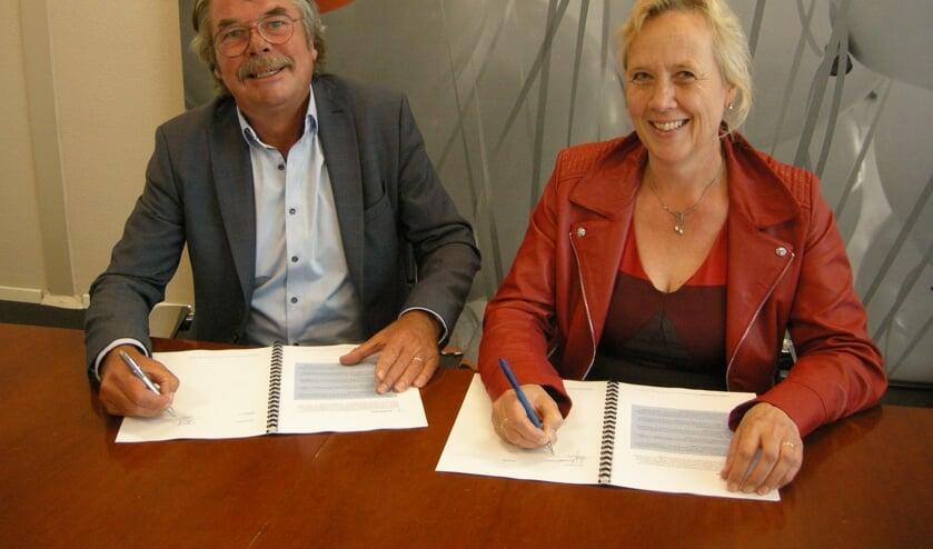 Jan Oostveen en Inge Nieuwenhuizen ondertekenen het Actieprogramma Economie 2019-2022