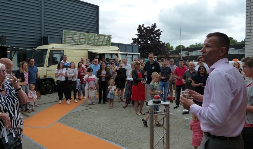 De middag werd feestelijk geopend met confetti en champagne. Fotografie: Anouk van Rosmalen