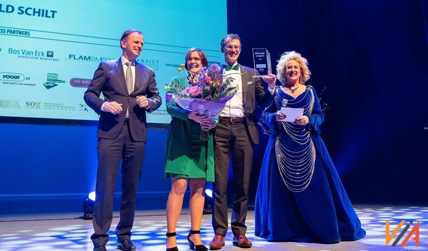 De winnaar van vorig jaar, Ronald Schilt, en echtgenote Margreet worden geflankeerd door burgemeester Christiaan van der Kamp en presentatrice Karin Bloemen. Foto: Via Media