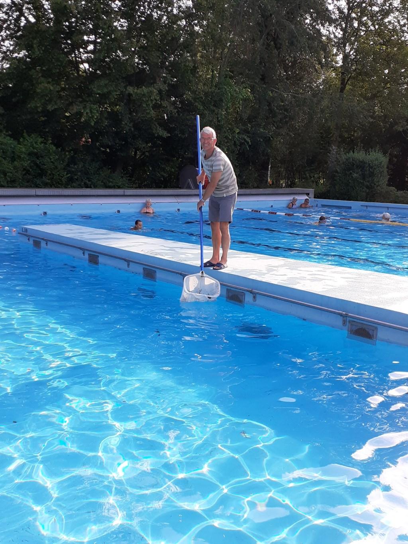 Na een warme nacht met veel wind doen vele vrijwilligers van De Fuut er alles aan om in en om t zwembad bladbrij te maken. Dank aan alle kanjers. Beeld: Jolanda Kleiweg  © Graficelly B.V.