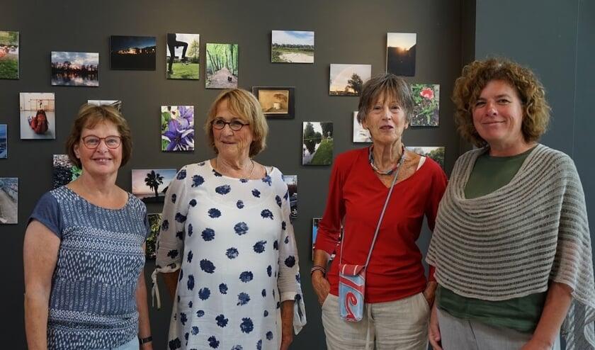 vrijwilligers van de expositie-commissie van het Evertshuis en grafisch vormgever Elly de Knikker van Graficelly.