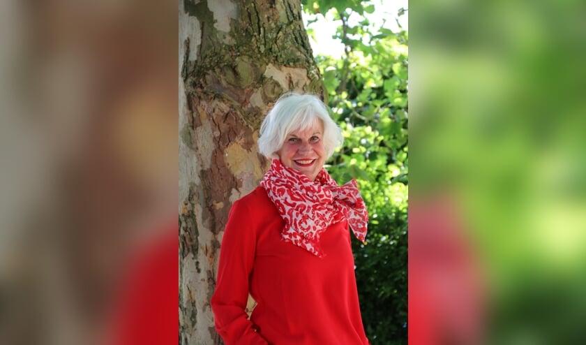 Juf Mieke voor de Mieke-Tree, de boom die ze cadeau heeft gekregen bij haar 25-jarig jubileum.