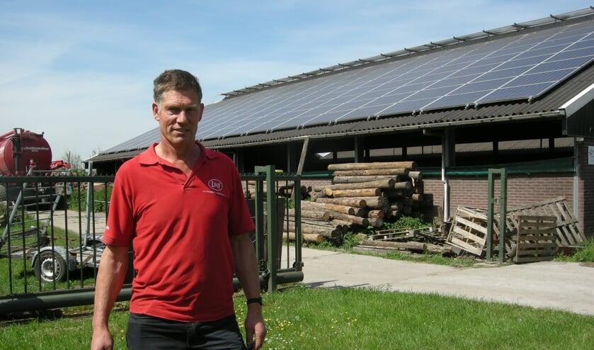Anton de Wit voor zijn stal met zonnepanelenaan de Oud Reeuwijkseweg. Foto: Key Tengeler