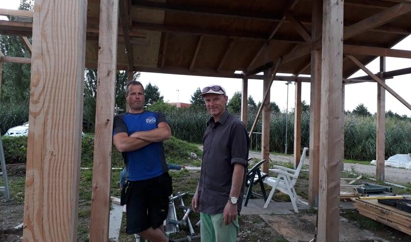 De fundering van de CoHortus staat. Aannemer Kees Nobel (links) en architect Gert Jacob de Graaf (rechts) maken zich op voor de volgende fase.