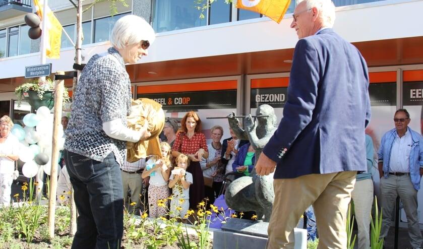 Truus Andriessen en Wethouder Oskam onthullen de fluitiste. Foto: Marlien van Leeuwen
