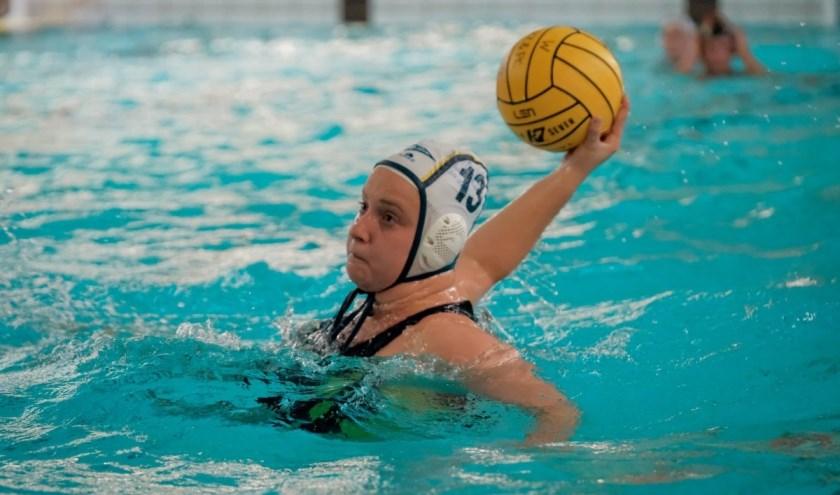 Kaylee Schellingerhout legt aan voor één van haar 4 doelpunten.