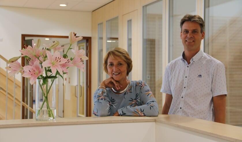 Links Juf Trudy Melse (adjunct-directeur) en rechts Meester Kuiper (directeur).