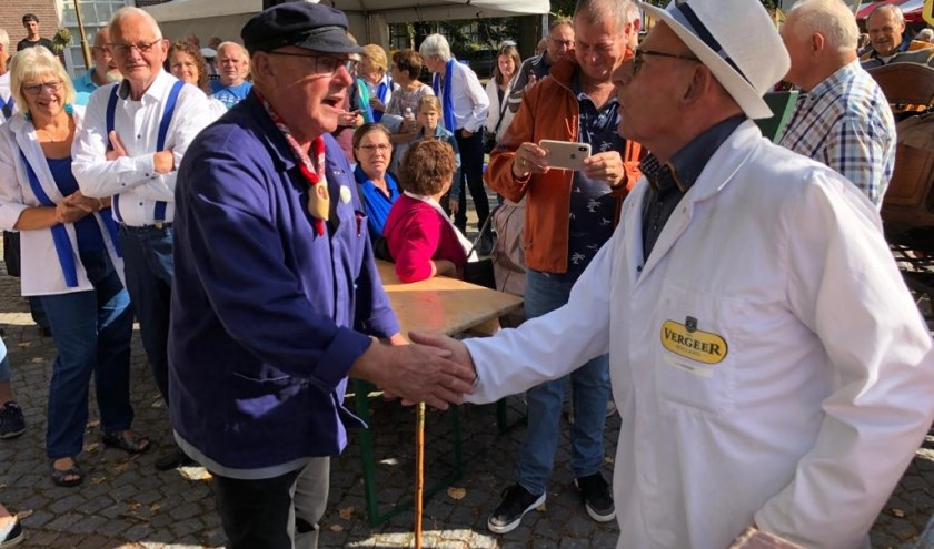 Terug naar de oorsprong: het ouderwetse 'handjeklap' waarmee de koop werd bevestigd op kaasmarkt. Op deze foto tussen kaashandelaar Leo Vergeer en kaasboer Wim de Wit.