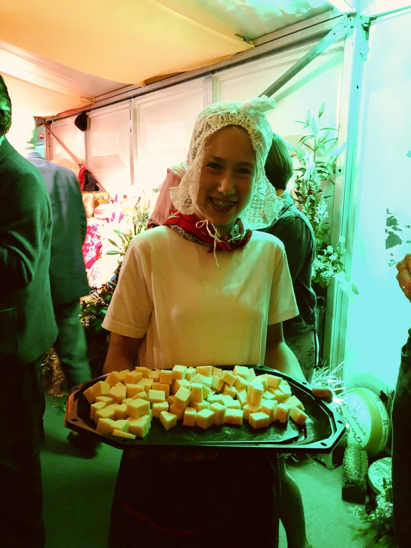 Traditioneel kaasmeisje deelt, hoe kan het anders, boerenkaasblokjes uit tijdens de Kaas- en Bloemenshow.   © Graficelly B.V.