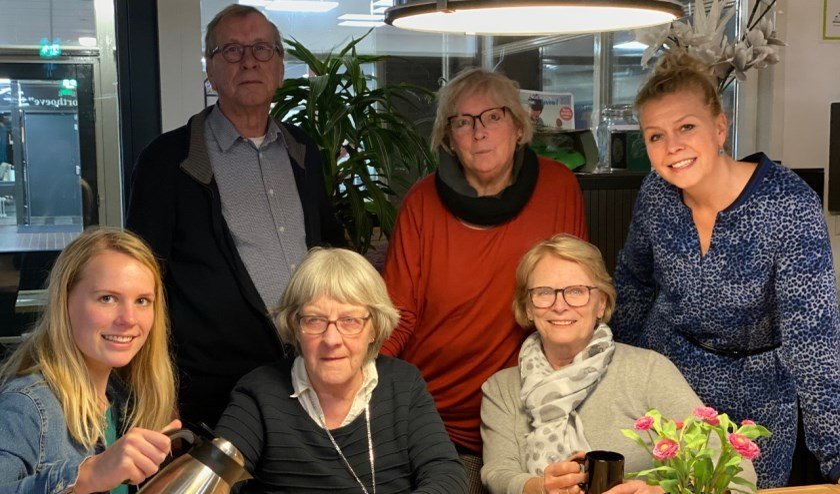 Vrijwilligers Senioren Soos, v.l.n.r. Esmée Hensen, Ton Randhuizen, Jenneke Roza Poulerola, Willeke van Bourgonje, Cocky Kooij en Sandy Zwaan.