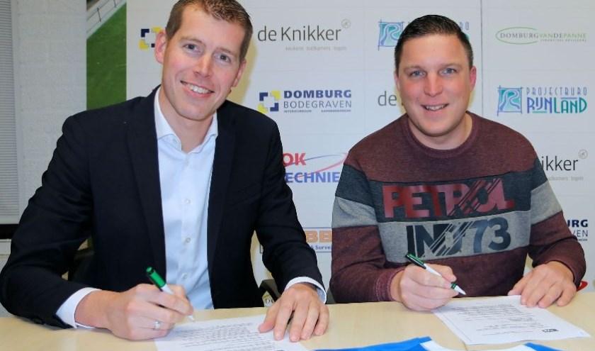 Voorzitter Arjan Griffioen (l) en trainer Arjen Linstra ondertekenen het contract. Beeld: André van Egdom