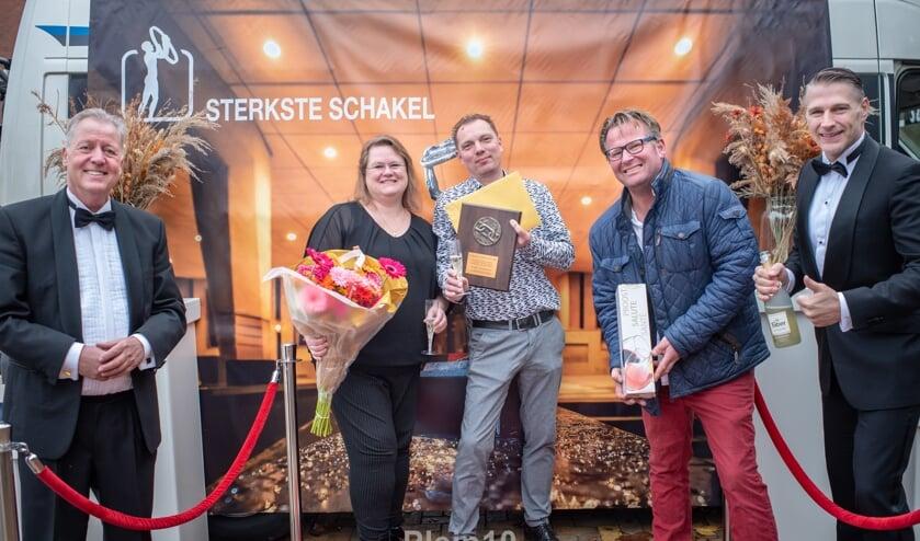 <p>Jury teamcaptain Ruud Glas reikt award uit aan Jurgen en Mariska de Vries van De Munt.</p>