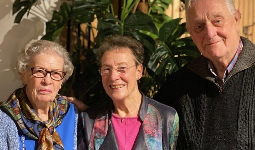 V.l.n.r.: Mevrouw Schoonlingen (deelneemster), Louise Graner (vrijwilligster) en Bert van Middelkoop (coördinator).