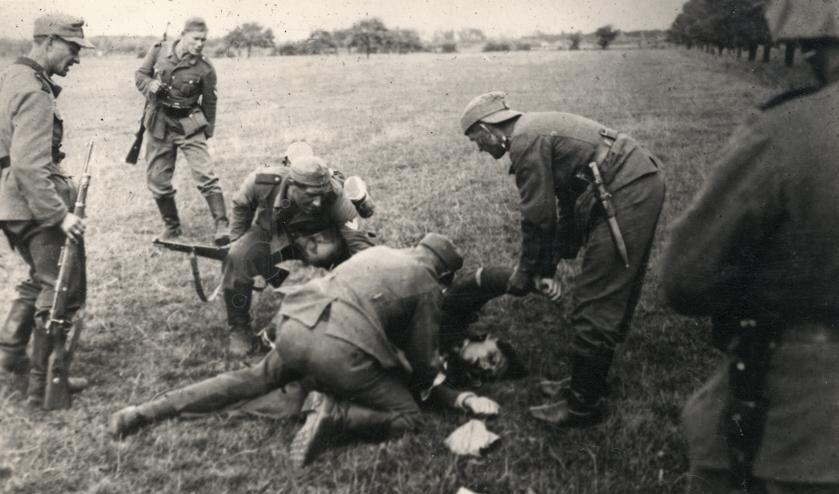 Duitse soldaten bij een slachtoffer.