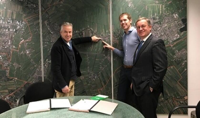 Van Links naar rechts: Cees Dijkshoorn – de Nieuwe Ontwikkelaars B.V., Arjan Griffioen – Goudriaan Jongerius Bouw en Wethouder Jan Leendert van den Heuvel.