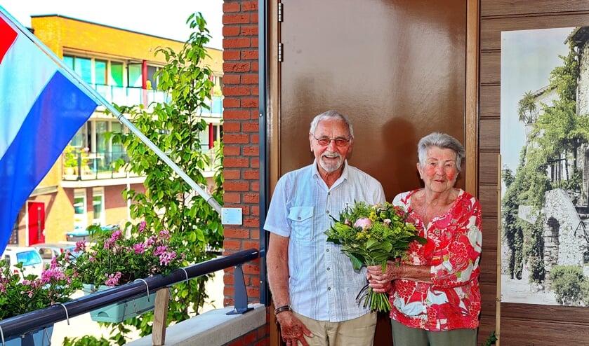 Jan en Nelie Neuteboom-Lindhout op hun bloemrijke balkon aan de Máximalaan in Waarder