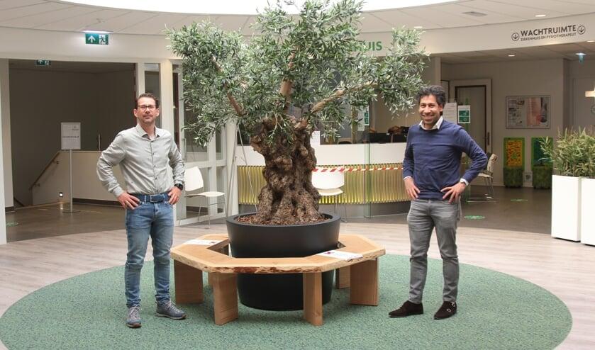 """Huisarts Martijn Daniel en apotheker Kamjar Elmi: """"Afstand bewaren is belangrijk!"""""""