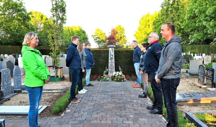 Het bestuur van de Oranjevereniging in Waarder op gepaste afstand bij het monument voor Hendrik Verhoog op de begraafplaats in Waarder