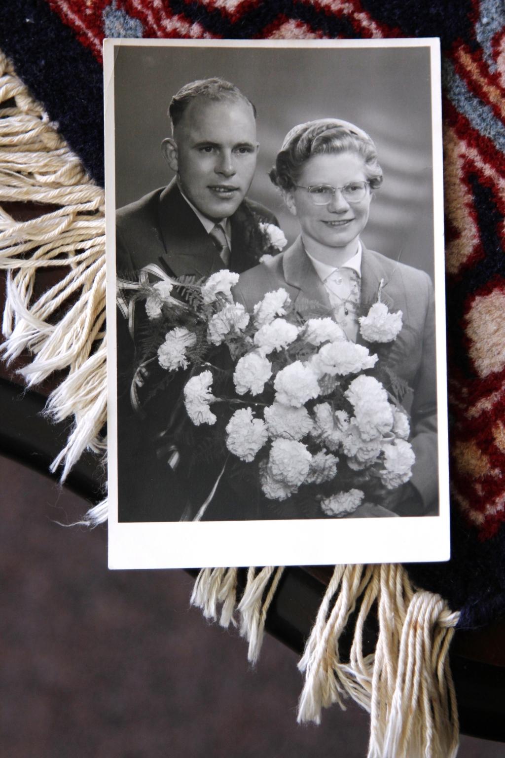 26 mei 1955: stralend bruidspaar Hans en Riet. Foto:  © Graficelly B.V.