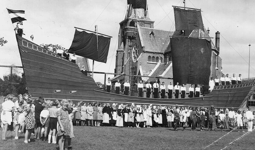 Het 'schip van de Staat' vormde de achtergrond voor het groot openluchtspel 'Plant den Meiboom'.  waarin de afgelopen oorlogsjaren werden uitgebeeld.