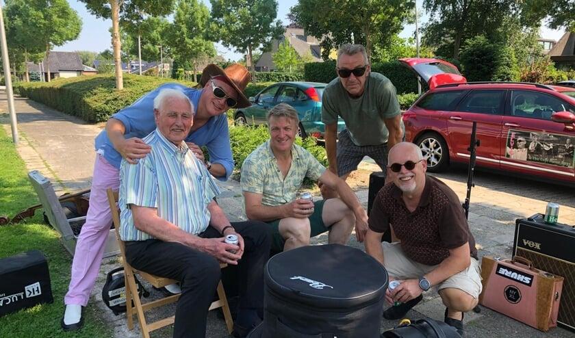 Even afkoelen met een biertje voor Jan de Jong en de bandleden